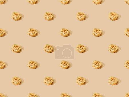 Foto de Tagliatelle fresco sobre fondo beige, patrón sin costuras. - Imagen libre de derechos