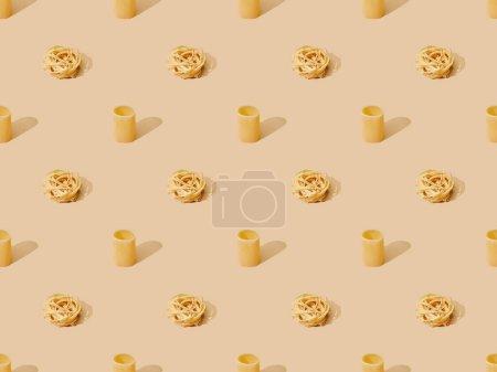 Photo pour Pâtes fraîches sur fond beige, motif sans couture - image libre de droit