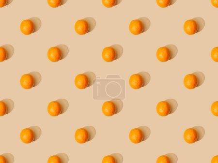 Photo pour Vue de dessus des oranges mûres sur fond beige, motif sans couture - image libre de droit