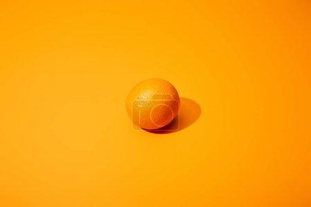 Foto de Naranja maduro sobre fondo colorido con espacio de copia - Imagen libre de derechos