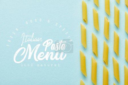 Photo pour Plat étendu avec penne crue sur fond bleu avec illustration de menu de pâtes italiennes - image libre de droit