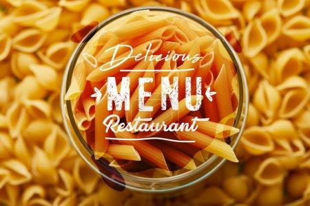 Photo pour Vue du dessus de la penne crue dans le bocal et autour, délicieux menu restaurant illustration - image libre de droit