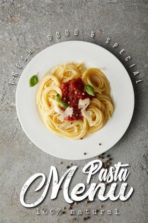 Photo pour Vue du dessus de délicieux spaghettis à la sauce tomate sur assiette sur surface grise texturée avec illustration de menu de pâtes - image libre de droit