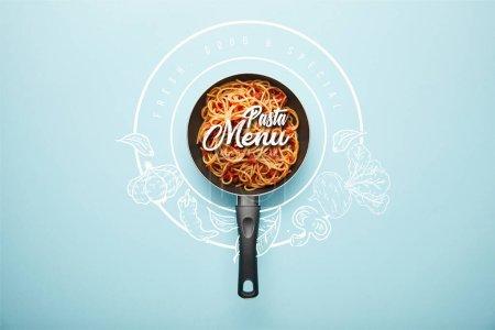 Photo pour Haut de la page de délicieux spaghetti avec sauce tomate dans une poêle à frire sur fond bleu avec illustration de menu de pâtes - image libre de droit