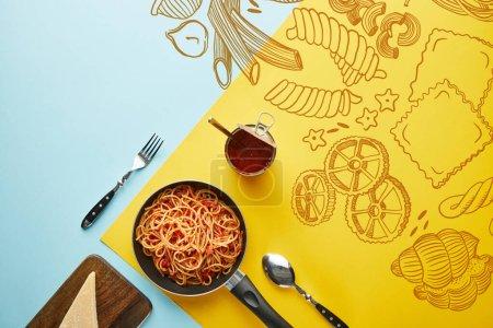 Photo pour Plat étendre avec de délicieux spaghettis à la sauce tomate avec du parmesan sur fond bleu et jaune avec illustration de légumes - image libre de droit