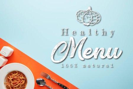 Photo pour À plat avec délicieux spaghetti avec sauce tomate et coutellerie sur fond rouge et bleu, illustration de menu santé - image libre de droit