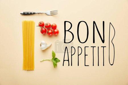 flache Lage mit leckeren Spaghetti mit Tomatensauce Zutaten auf gelbem Hintergrund mit leckerem Appetit Illustration