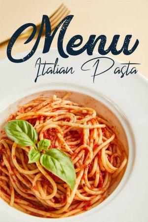 Photo pour Foyer sélectif de délicieux spaghettis avec sauce tomate dans une assiette près de la fourchette sur fond jaune avec illustration de menu de pâtes italiennes - image libre de droit