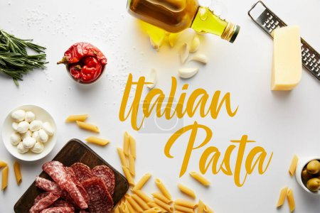 Draufsicht auf Flasche Olivenöl, Fleischplatte, Reibe, Pasta und Zutaten auf weißer, italienischer Pasta-Illustration