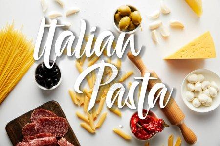 Photo pour Haut de la page plat de viande, rouleau, pâtes et ingrédients sur fond blanc, illustration de pâtes italiennes - image libre de droit
