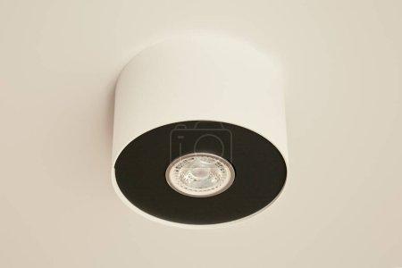 Photo pour Ampoule halogène dans la lampe sur plafond blanc dans l'appartement - image libre de droit
