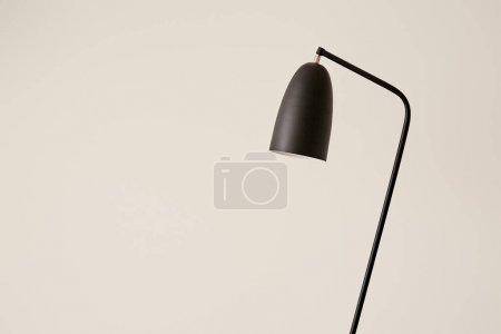 Foto de Lámpara negra contra pared blanca en el apartamento - Imagen libre de derechos