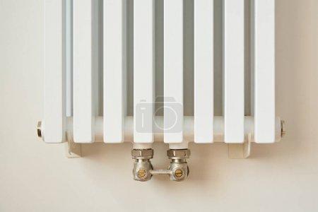 Foto de Radiador de calefacción blanco y moderno cerca de la pared en el apartamento - Imagen libre de derechos