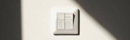 Foto de Imagen horizontal del interruptor blanco en la pared del apartamento - Imagen libre de derechos