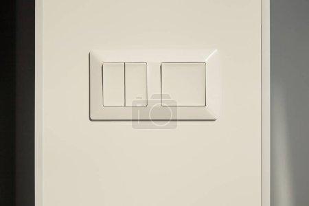Photo pour Commutateur moderne sur mur blanc dans l'appartement - image libre de droit