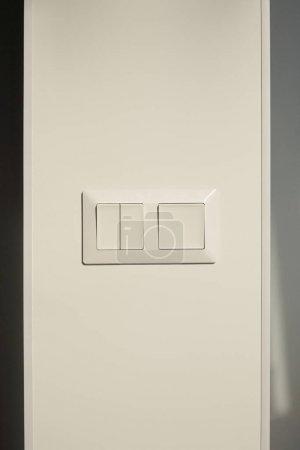 Foto de Interruptor moderno de la pared blanca en casa - Imagen libre de derechos
