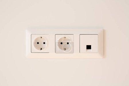 Foto de Interruptor cerca de enchufes de alimentación en blanco - Imagen libre de derechos