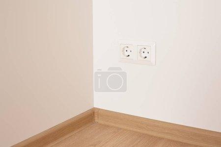 Foto de Enchufes eléctricos modernos en la pared blanca de los apartamentos - Imagen libre de derechos