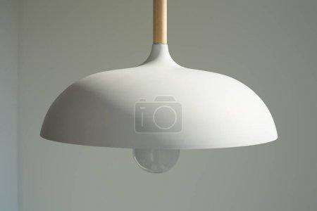 Foto de El cierre de la lámpara blanca y moderna con bombillas cerca de la pared. - Imagen libre de derechos