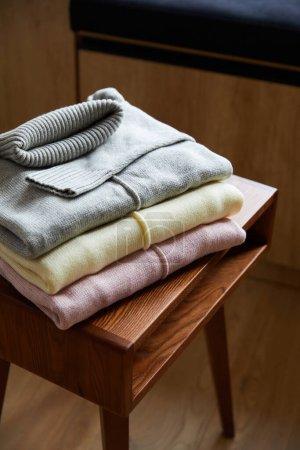 Foto de Camarones suaves rosados, beige y grises en la mesa de madera de la habitación. - Imagen libre de derechos