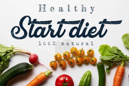 Foto de Vista superior de verduras frescas con hojas verdes sobre fondo blanco con ilustración de dieta inicial. - Imagen libre de derechos