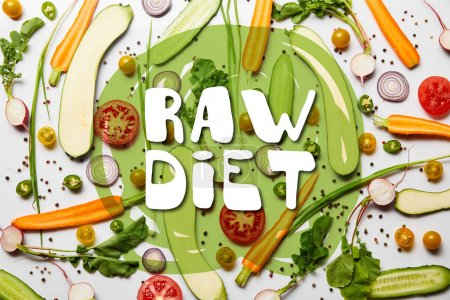 Photo pour Vue du dessus de légumes frais tranchés et poivre noir sur fond blanc avec illustration du régime alimentaire cru - image libre de droit