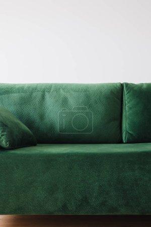 Photo pour Vue rapprochée du canapé vert moderne avec oreiller dans la chambre - image libre de droit