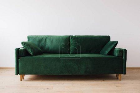 Photo pour Canapé vert moderne avec oreillers dans la chambre - image libre de droit