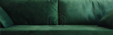 Photo pour Vue rapprochée du canapé vert moderne avec oreillers, vue panoramique - image libre de droit