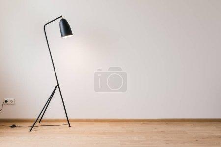 Photo pour Lampadaire moderne métallique près du mur gris - image libre de droit