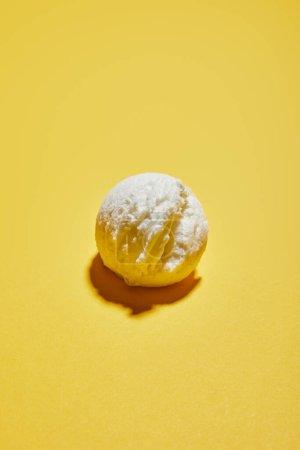 Photo pour Boule de crème glacée savoureuse fraîche sur fond jaune - image libre de droit