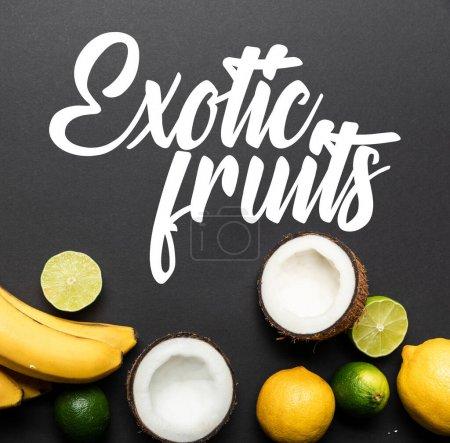 Foto de Vista superior de frutas tropicales maduras sobre fondo negro con ilustración de frutas exóticas. - Imagen libre de derechos