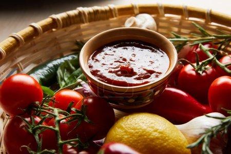 Nahsicht auf köstliche Tomatensauce mit frischem reifem Gemüse im Korb