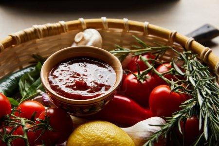 köstliche Tomatensauce mit frischem reifem Gemüse im Korb