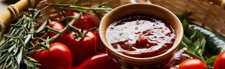 Photo pour Vue rapprochée de la délicieuse sauce tomate aux légumes frais mûrs dans le panier, vue panoramique - image libre de droit
