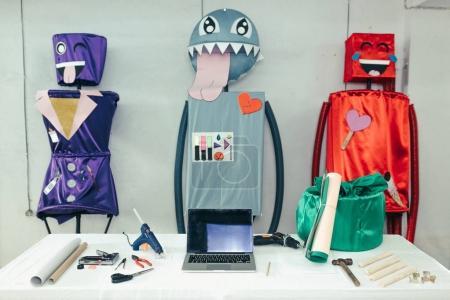 Photo pour Table de travail d'artisanat. Atelier de métiers d'art. Atelier de création avec ordinateur portable et outils - image libre de droit