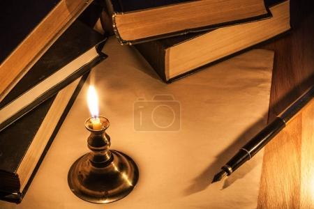 Photo pour Lettre, stylo et bougie. Style vintage. Tonification rouge - image libre de droit