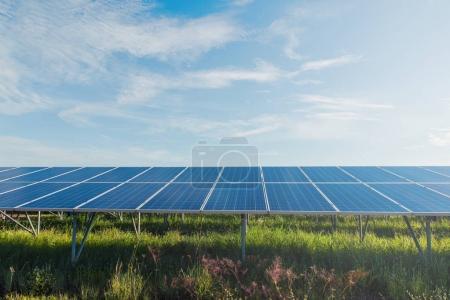 Photo pour Énergie verte avec des panneaux solaires en renewable power plant - image libre de droit