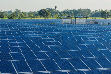 Foto de Energía verde con paneles solares en la planta de energía renovable - Imagen libre de derechos