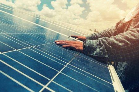 Foto de Equipo de ingenieros que trabajan en el reemplazo del panel solar en la planta de energía solar; equipo de ingenieros y electricistas que intercambian e instalan el panel solar después del dro de voltaje del panel solar - Imagen libre de derechos