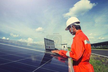 Ingenieure, die Solarenergie betreiben und prüfen