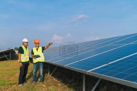 Photo pour Concept d'ingénierie de l'inspecteur ; Ingénieur inspecter le panneau solaire à la centrale solaire - image libre de droit