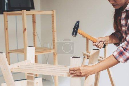 Photo pour Travailleuse dans la salle de travail du menuisier - image libre de droit