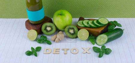 Photo pour Concept de régime de désintoxication: smoothie vert avec des fruits et légumes sur la table en bois blanc. - image libre de droit