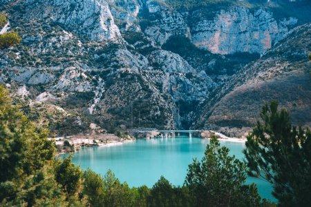 Photo pour Belle vue sur le lac Sainte Croix dans la gorge du Verdon en Provence, France . - image libre de droit