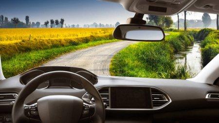 Photo pour Vue sur la route de l'intérieur de la voiture - image libre de droit