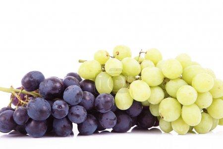 Photo pour Bouquet de raisins sur fond blanc - image libre de droit