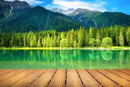 Photo pour Belle vue sur un lac alpin - image libre de droit