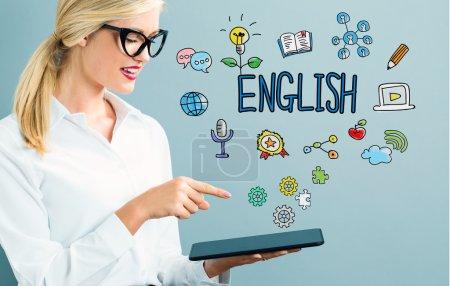 Photo pour Femme d'affaires détenant tablette ordinateur selon l'inscription anglais - image libre de droit