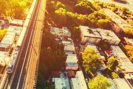 Photo pour Vue aérienne d'un train traversant le Hell Gate Bridge à New York City - image libre de droit